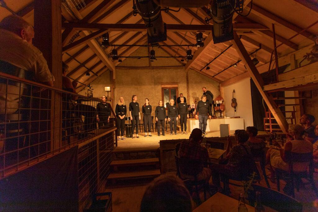 Blick auf die Bühne des neue Spiel-Lokals in Sulz.